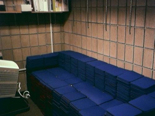 Придется собрать все ненужные и у друзей.  Если ковриков все равно не хватит, можно сделать небольшое кресло.
