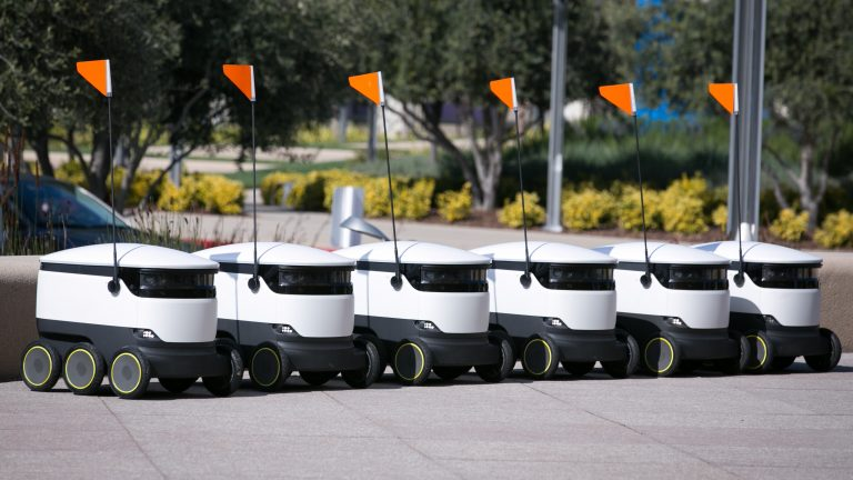 Robots deliver pizza and doughnuts to students at an American university!